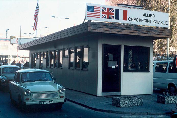 Oost-Duitse Trabantjes passeren ongehinderd Checkpoint Charlie op 17 november 1989, een week na de val van de Muur.