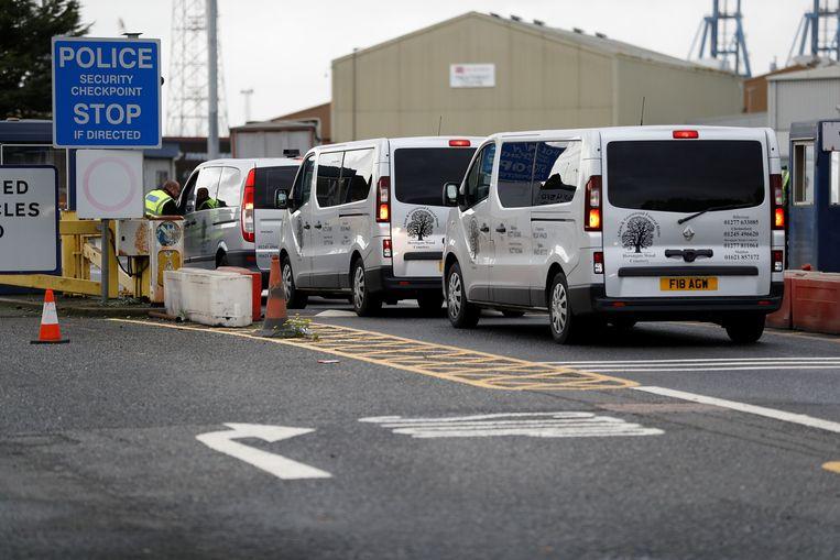 Busjes van een uitvaartbedrijf komen aan bij de haven om de lichamen van de 39 slachtoffers op te halen.  Beeld REUTERS