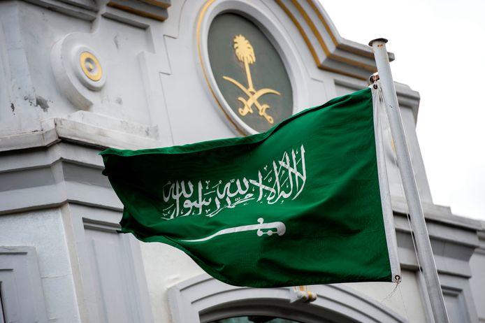 De Saudische vlag wappert boven de Saudische ambassade in Istanbul. Archiefbeeld.