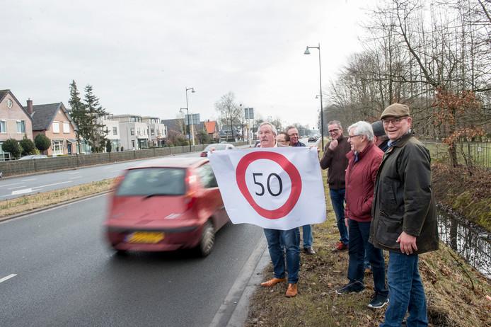 Rob Odinot en een aantal buurtbewoners winden zich op over hoge snelheden op Zutphensestraat