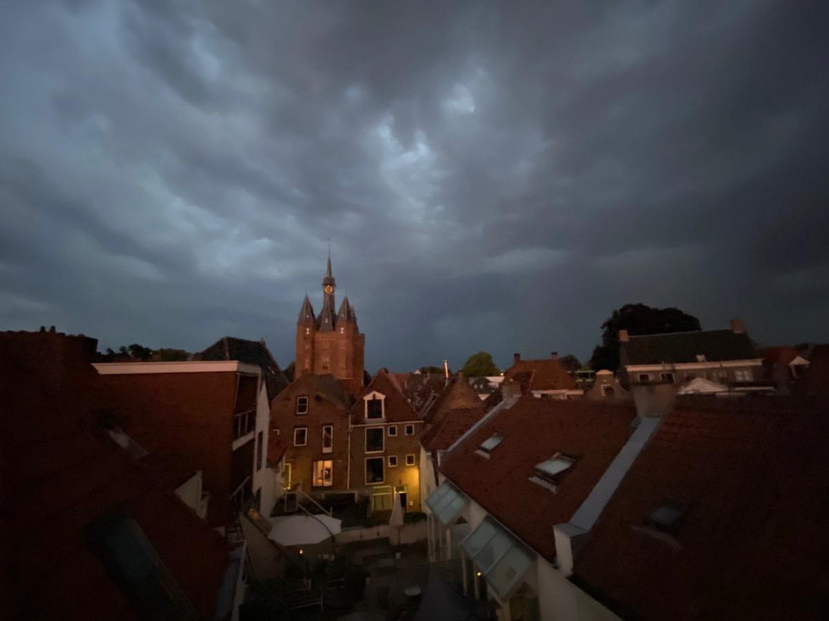 Het onweer trekt over Zwolle.