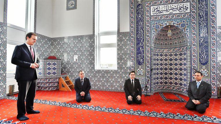 Lodewijk Asscher, Minister van Sociale zaken en Werkgelegenheid, luistert in de Kuba moskee in IJmuiden naar een kort gebed van de Imam, tweede van rechts. Suleyman Gelik, voorzitter van de moskee, zit naast de minister Beeld Guus Dubbelman / de Volkskrant