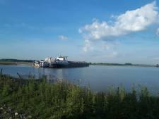 Twee binnenvaartschepen botsen frontaal op de Waal bij Heerewaarden