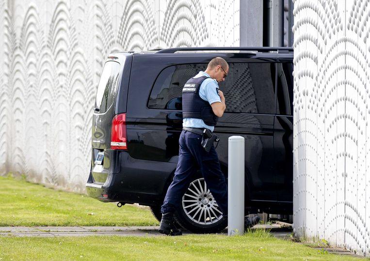 Een beveiligd transport komt aan bij Justitieel Complex Schiphol, voorafgaand aan de inhoudelijke behandeling van de strafzaak tegen Moreno B. en Giërmo B. Beeld ANP