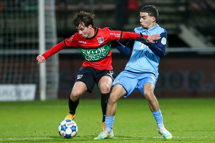 Dirk Proper draait weg bij Oussama Mallahi van Jong FC Utrecht.