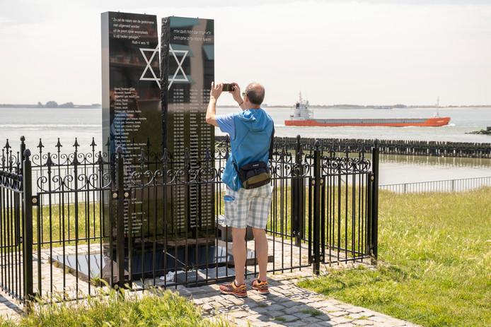 Het Joods monument op de Vlissingse 'groene boulevard' laat passanten ook op een zonnige junidag stilstaan bij gruwelen uit de Tweede Wereldoorlog.