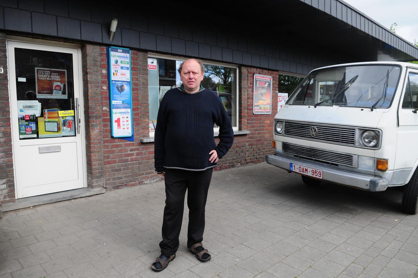 Robert De Mey voor zijn krantenwinkel.