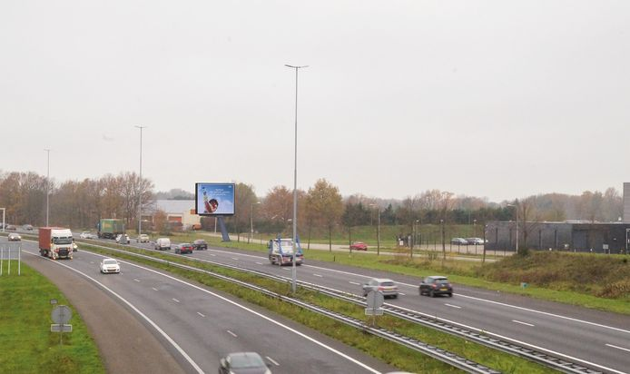 Een impressie (foto-montage) van de reclamemast zoals die komt te staan langs de A58 tussen Etten-Leur en Roosendaal, ter hoogte van industrieterrein Vosdonk.