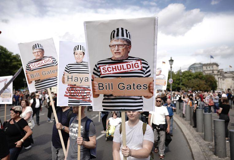 Demonstratie tegen de coronamaatregelen in Berlijn, eind augustus. Onder meer Bill Gates wordt als 'schuldige' aangewezen.  Beeld BELGAIMAGE