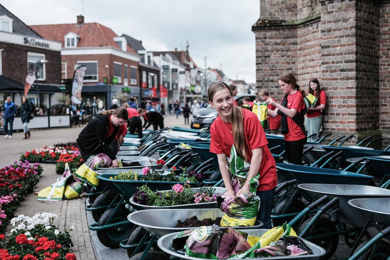 Honderd kruiwagens gevuld met potgrond en bloemen hebben zes weken de Doetinchemse binnenstad opgefleurd.