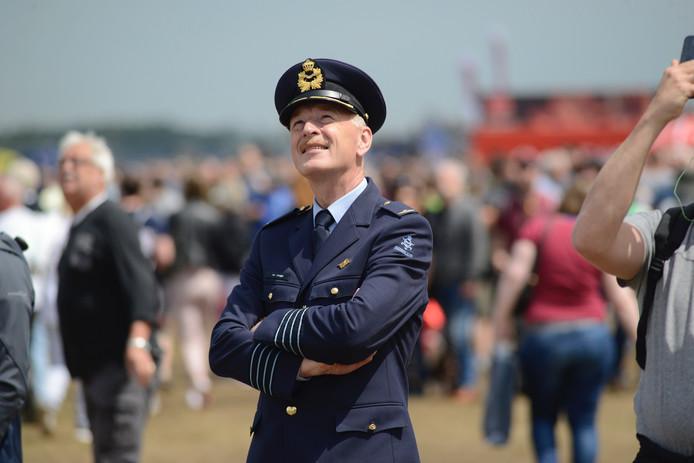 Een tevreden luchtmachtofficier.