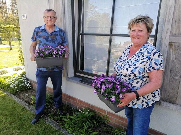 Open Vld Plus-raadsleden Carine Schamp en Guy De Smet lanceren een bloemenwedstrijd in de gemeente.
