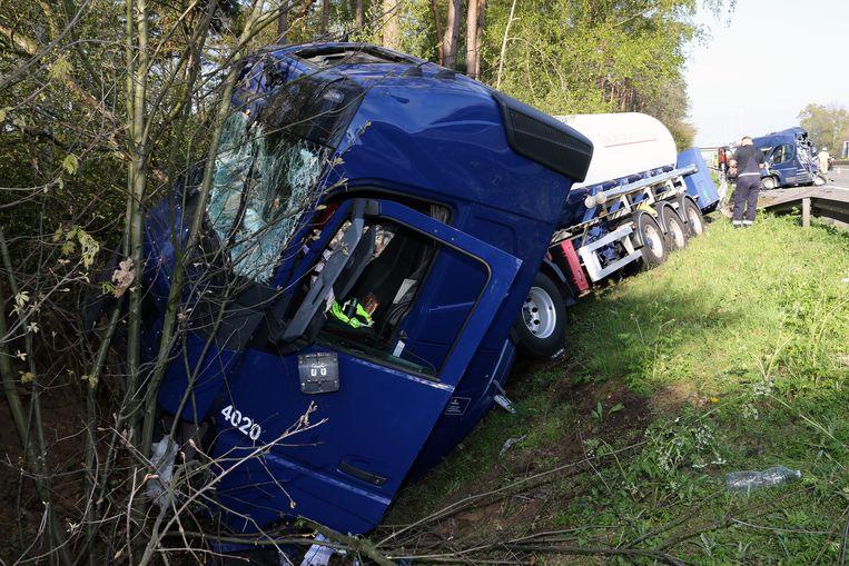 De tankwagen belandde in de berm in Olen.