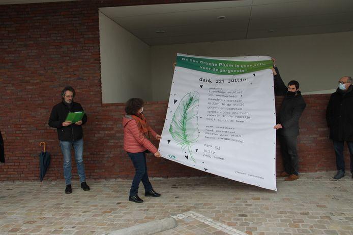 Groen Izegem onthulde recent een gedicht voor de mensen van de Zorg, als onderdeel van zijn jaarlijkse Groene Pluim. Dat prijkt nu aan de ingang van de Sint-Jozefskliniek.