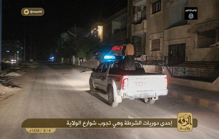 Politie van IS op patrouille.  IS had de eigen politiedienst al draaiende voordat het kalifaat werd uitgeroepen. Beeld Ibid