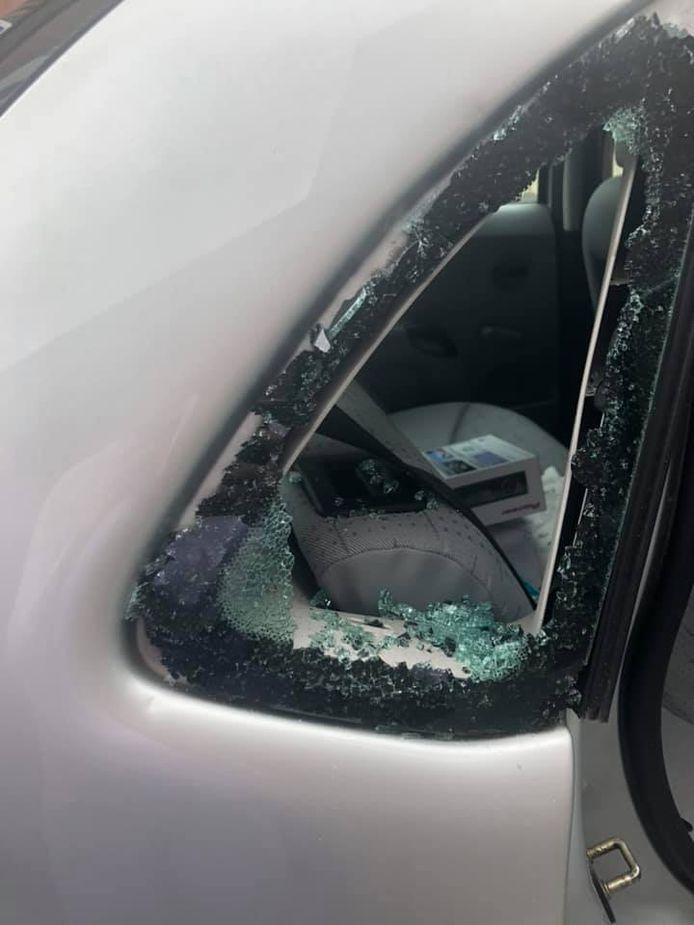 Het raampje aan de achterkant werd ingeslagen om binnen te geraken in Amber haar auto