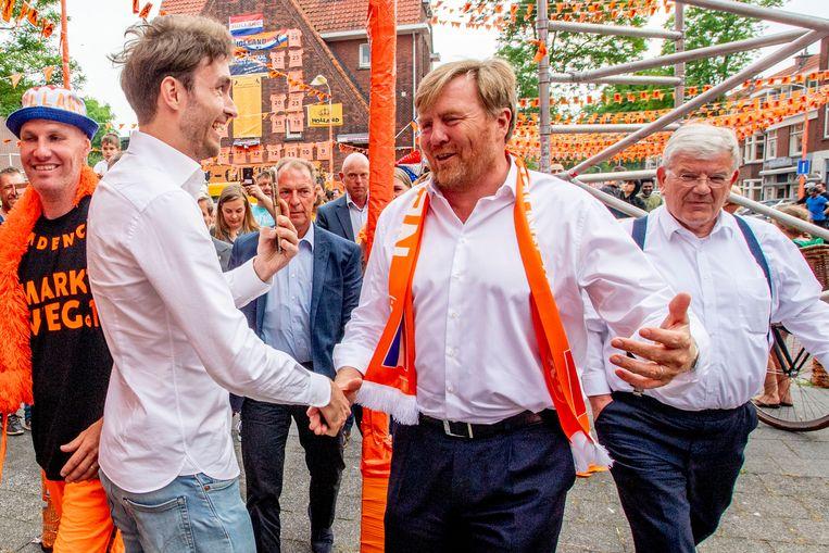 Tijdens een bezoek aan voetbalsupporters in Den Haag schudde de koning wat handen. Beeld Robin Utrecht