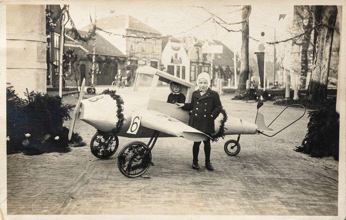 Haamstede, koninginnedag in 1939, Maarten Dijkman zit in het vliegtuigje, Johan de Bruijne staat er voor.