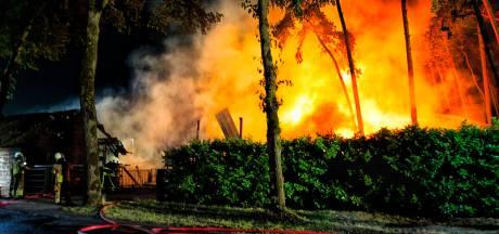 Vlammenzee in Putte: schuur met stro brandt volledig af