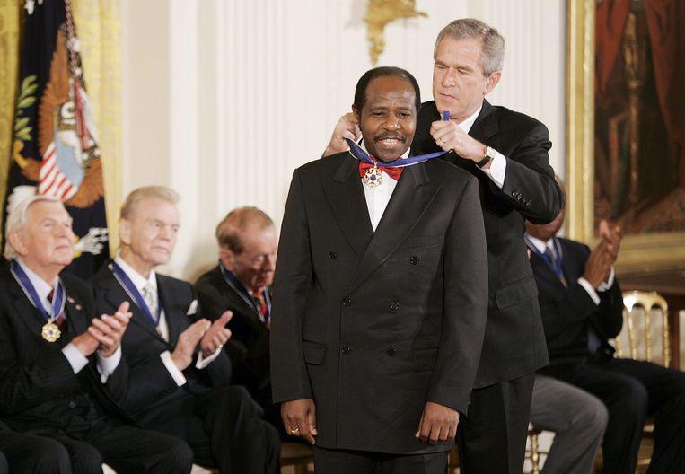 Paul Rusesabagina wordt gehuldigd door de toenmalige Amerikaanse president George W. Bush. Beeld BELGAIMAGE