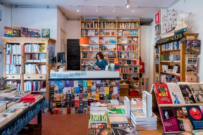 Over het water, Amsterdam-Noord. Tommy Wieringa: ,,Midden in de crisis zette Lot Douze met succes een crowdfundingactie op om een boekhandel te beginnen in Amsterdam-Noord - dwars tegen de tijdgeest in. Daar neem ik mijn hoed voor af.''