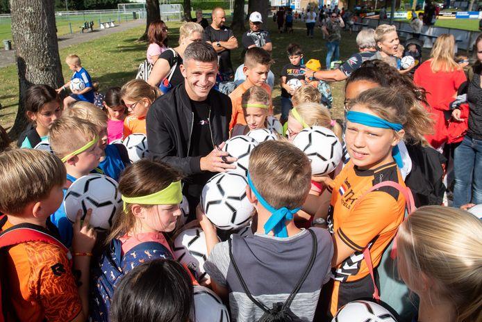 Alle kinderen kregen dinsdag na de sportdag een voetbal uitgereikt. Speciala gast Feyenoord-speler Bryan Linssen kon aan de bak, want alle kinderen wilden een handtekening op de bal.