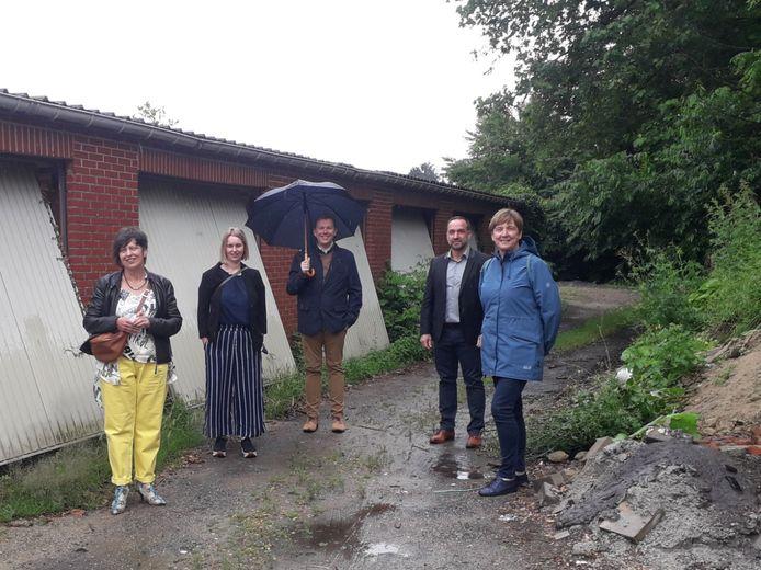 Kathleen Helsen, Stefanie Vrins, Lieven Janssens, Pascal Van Nueten en Mizel Gebruers bij de garageboxen die binnenkort plaatsmaken voor een groenere omgeving