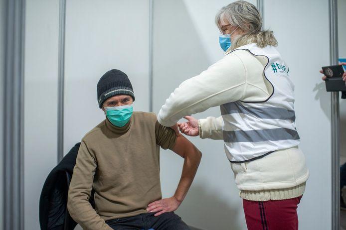 Deze vrijwilliger kreeg een vaccin toegediend. Geen echt uiteraard.