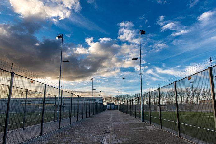 Op de nieuwe sportvelden, midden in PI Lelystad, kunnen gedetineerden geen 'pakketpost' meer ontvangen.