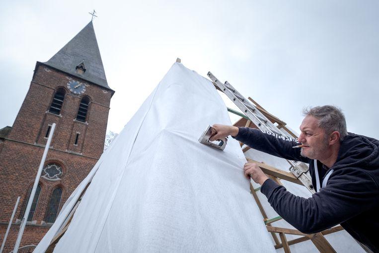 Dorpscomité BranstLeeft bouwt een winterlandschap rond de kerk