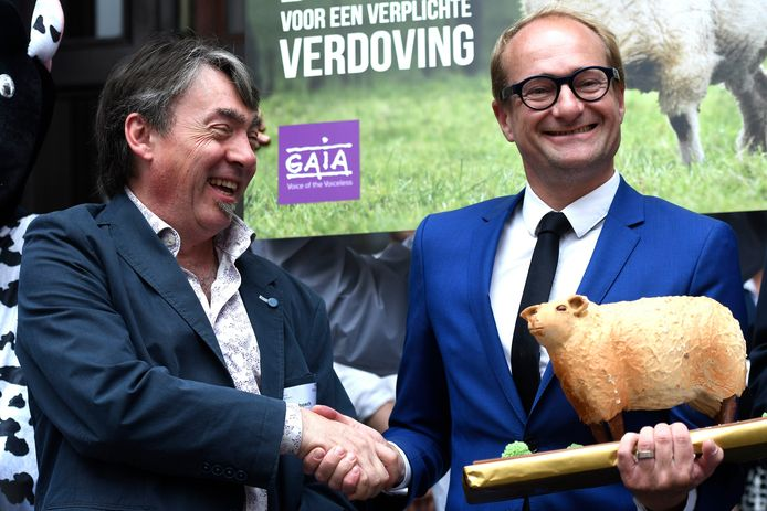 Vlaams minister voor Dierenwelzijn Ben Weyts krijgt een beeldje van een schaap van GAIA-voorman Michel Vandenbosch na de stemming over het verbod op onverdoofd slachten.