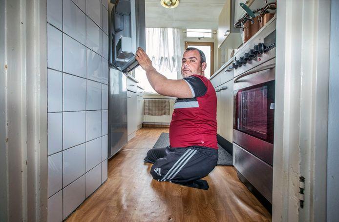Sabri Sertkaya heeft een aangeboren afwijking en moet twee benen en een arm missen. Ondanks deze zware handicap woont hij op vier hoog zonder speciale voorzieningen en zelfs geen lift.