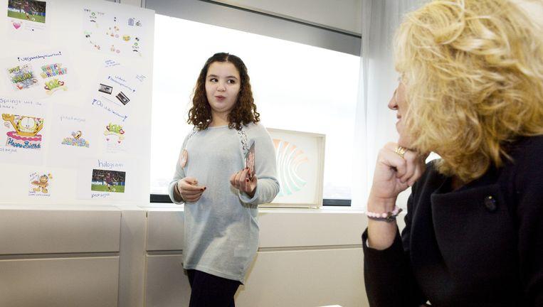 PostNL-baas Herna Verhagen luistert naar Rania. Beeld Io Cooman