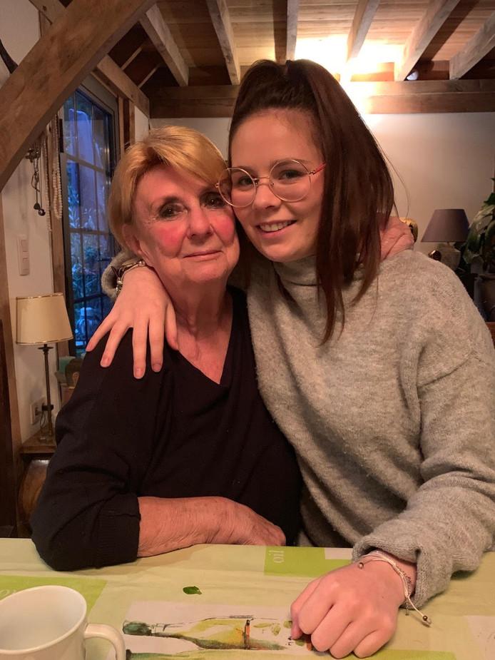 Zoë Buelens en haar oma Madeleine.