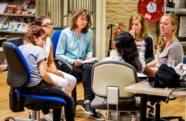 Kinderombudsvrouw Margrite Kalverboer in gesprek met kinderen. Beeld ANP