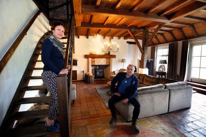 Alice en Bert van der Velde in de woonkamer in hun woonboerderij in de Peperstraat in Herwijnen.