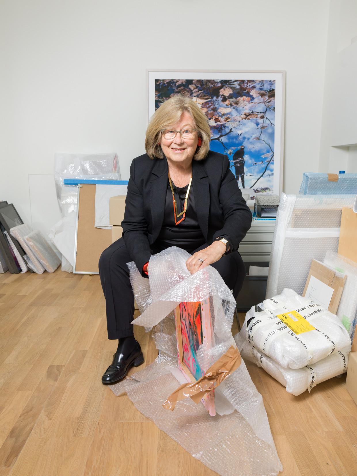 Marieke Sanders in haar huis. Haar kunstcollectie, opgebouwd met haar overleden man Pieter Sanders, schenkt ze deels aan een vijf musea. Beeld Ivo van der Bent