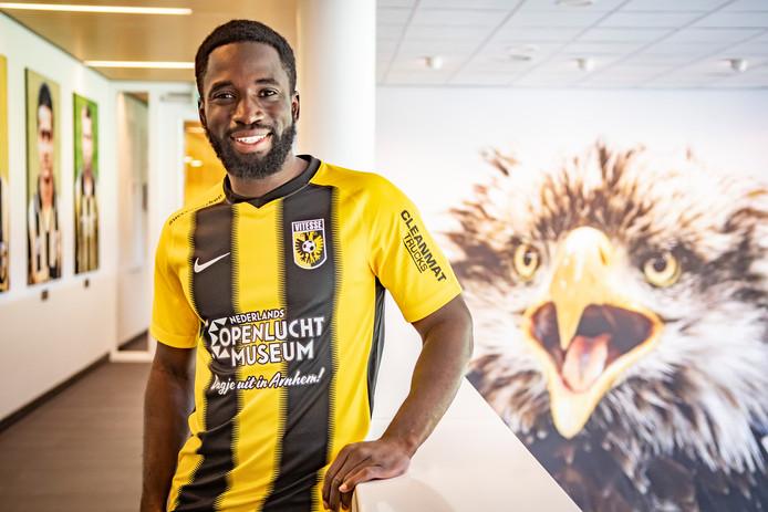 Nouha Dicko poseert in het clubhuis van Vitesse, met op de achtergrond Hertog.