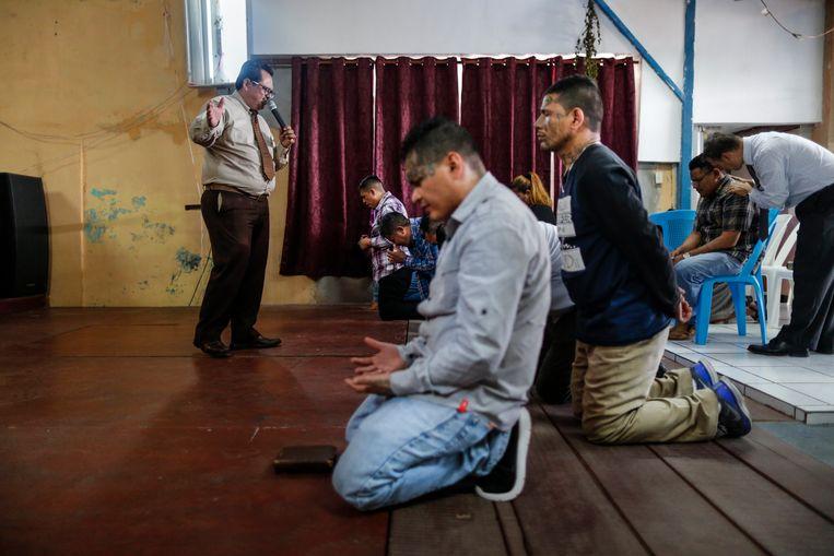 """Dominee Nelson Moz biedt ex-bendeleden onderdak in zijn Ebenezer-kerk in San Salvador: """"Hier kan de duivel jullie niet raken!"""" Beeld JOSE CABEZAS"""