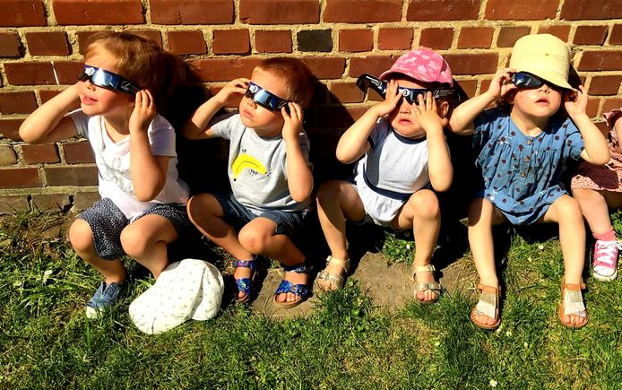 Onder meer in VBS Otegem kregen de kinderen eclipsbrilletjes om veilig naar hun eerste eclips te kunnen kijken