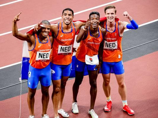 Ramsey Angela, Terrence Agard, Liemarvin Bonevacia en Tony van Diepen na hun zilveren race op de 4x400 meter.