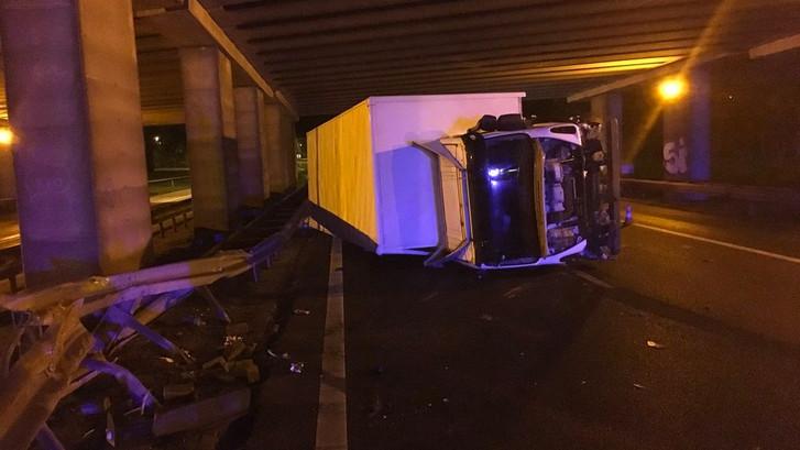 Vrachtwagen gekanteld op A58 bij Roosendaal