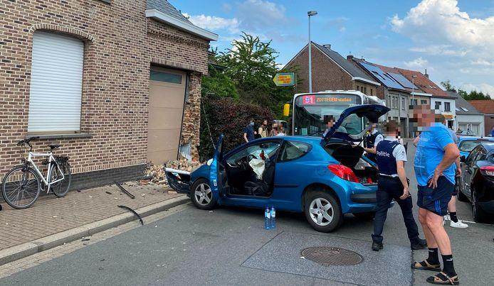 De wagen belandde in de gevel van een woning langs de Bosstraat in Mere nadat de chauffeur de controle over het stuur verloor.
