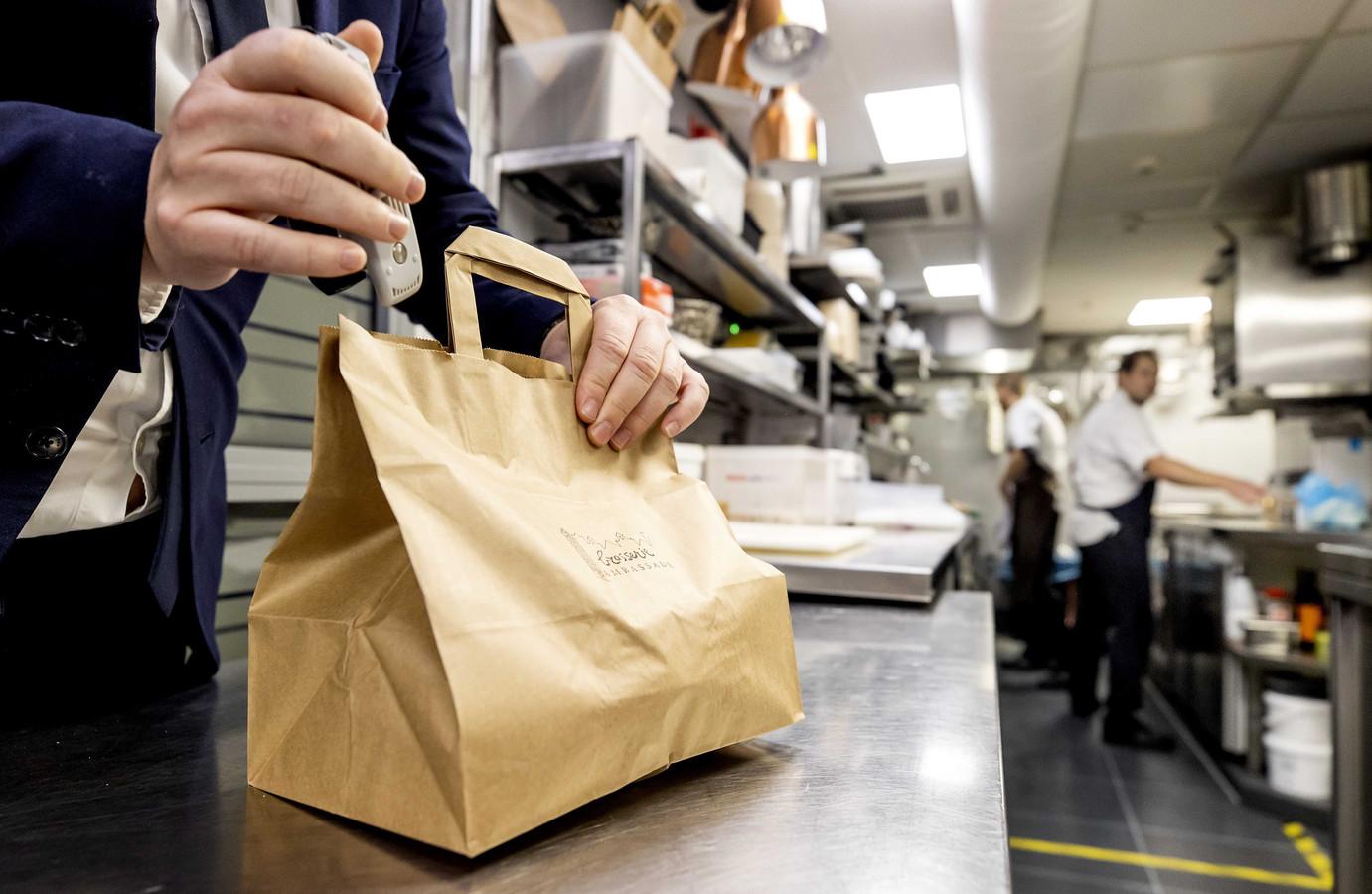 Afhaalmaaltijden worden bereid in de keuken van een restaurant.