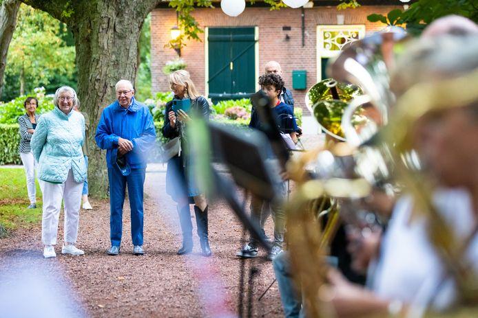 Cees van de Ven (tweede van links) werd door zijn collega-muzikanten in het zonnetje gezet omdat hij al 75 jaar lid is van Concordia.