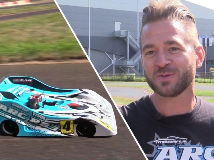 Video van de Dag | John gaat met zijn modelwagen de hele wereld over: hij is Max Verstappen in het klein