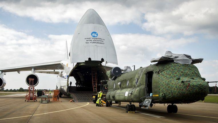 Een Chinook transporthelikopter van de Nederlandse Luchtmacht, op vliegbasis Gilze Rijen, wordt ingeladen in een Antonov 124-transportvliegtuig voor een vlucht naar Mali. Beeld anp