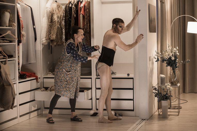 De rol van Mevrouw wordt gespeeld door Thomas Cammaert en hij doet dat opzettelijk als een onvervalste travestiet. Beeld Rechtenvrij