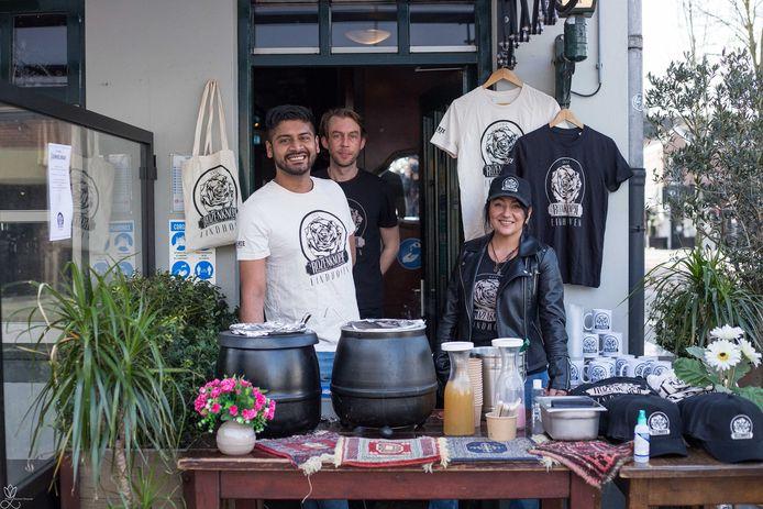 Niek van der Klundert (midden) van Café 't Rozenknopje moest het tafeltje met soeppannen weghalen.