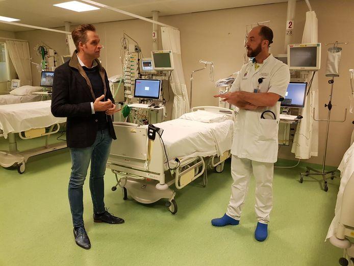 Minister Hugo de Jonge in het Bernhoven Ziekenhuis in Uden.